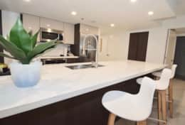 Kitchen counter seating for 3 and fully equipped kitchen