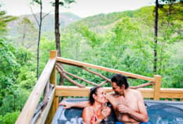 Treehouse couple in the hot tub smilien