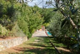 Il Paradiso Assisi, towards the swimming poolpool
