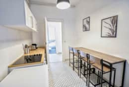 Fully equipped kitchen with high table