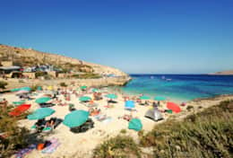Ħondoq Bay just a 5 min drive away