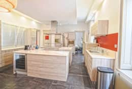 Fully equipped kitchen with wine cellar and plancha