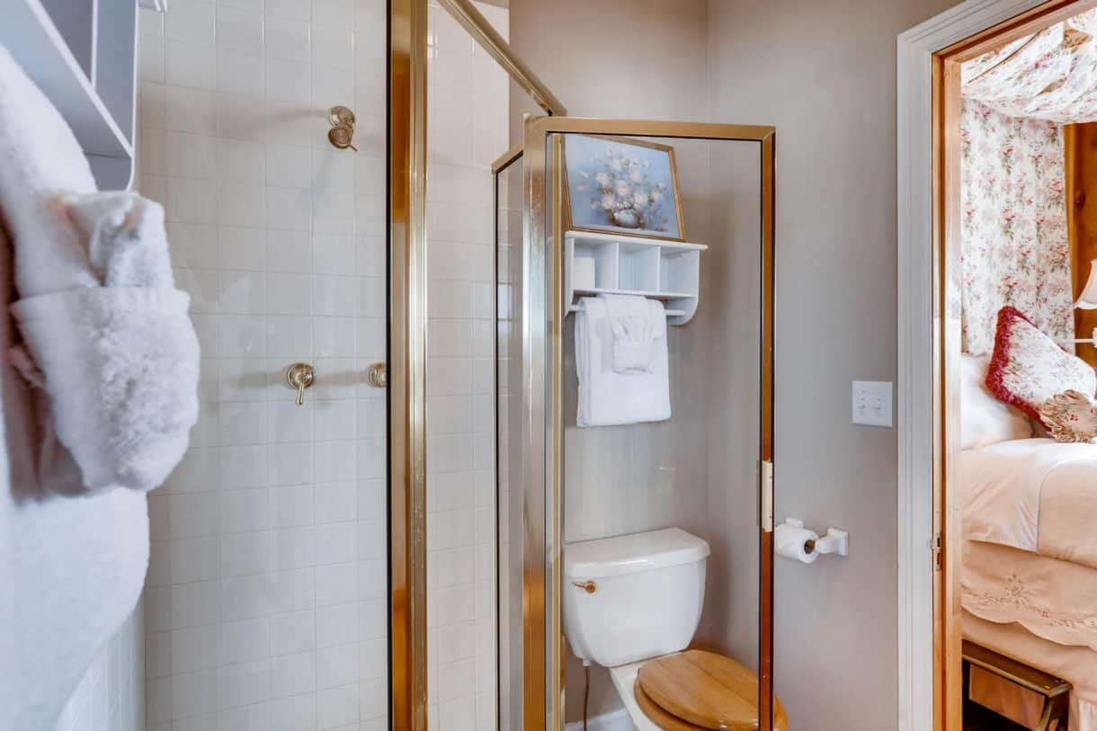 Private bathroom divides the room giving access from both sides of this double room