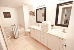 Full Bathroom with a jacuzzi - We provide towels
