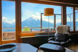 Living room with a splendid view of the Alps and Lake Thun