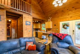 Waynesville Smokies Overlook Lodge Cabin - Living Room