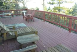 Huge entertaining deck with AMAZING view - Nut House Cabin