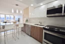 Fully equipped kitchen, seating for 4 at kitchen counter