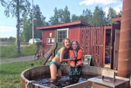 K46 Wallace Cottage - Young and old enjoy the Hot Tub & Sauna by the lake