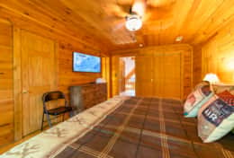 Waynesville Smokies Overlook Lodge Cabin - Master Bedroom