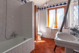 La Casella, bathroom with shower in the bath