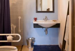 Ensuite bathroom, suitable for guest in wheelchair