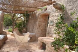 Le Greche - Petrea - shaded outdoor sitting area - Torre Vado - Salento