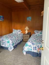 H - Motel - 2 Single Beds / Sm. Fridge