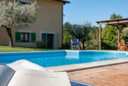 Reading by the pool at Colle Arponi