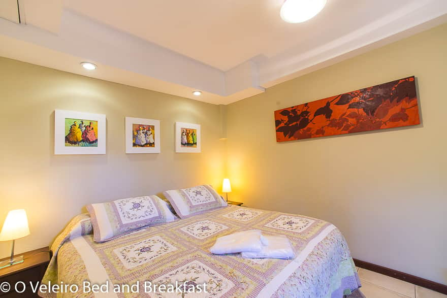 Standard room with queen bed configuration