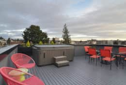 Plum Modern Rooftop-hot tub, sunsets, happy hour--- you decide.
