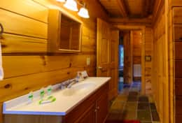Waynesville Smokies Overlook Lodge Cabin - Dwnstairs Bathroom