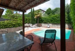 Casa Lago Trasimeno, enjoying the pool and garden in the shade