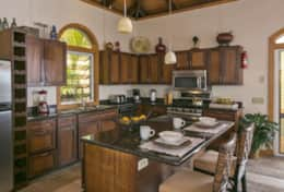 Fully equiped kitchen with peninsula unit for food preparation and dining