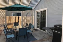 Charming Downtown HB Cottage - 1mi to beach