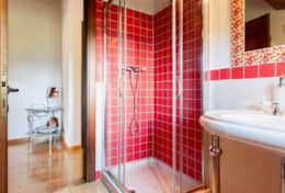 Il Paradiso Assisi, bathroom with shower upstairs