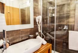 bathroom-3-luxury-villa-in-amalfi-coast-italia-with-seimming-pool-and-sea-view