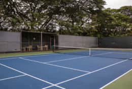 Visit-Maui-Beach-vacation-Mahana-oceanfront-tennis-courts.jpg