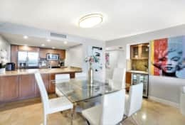 Dining area, fully equipped kitchen, bar area