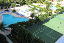 Tennis courts / Heated swimming pool