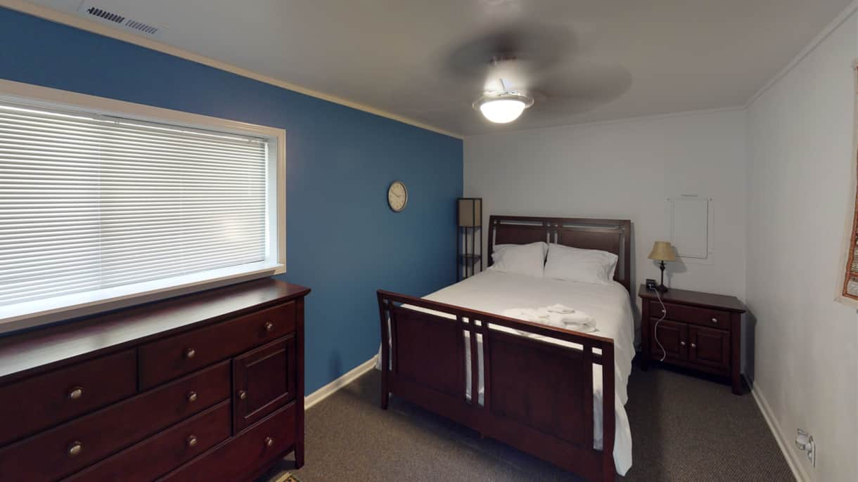The Lakeview Retreat Queen Guest Room - Leavenworth, WA
