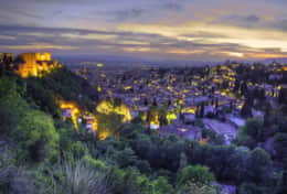 Granada by night, enjoy some life music, local food & divers cultural activities.
